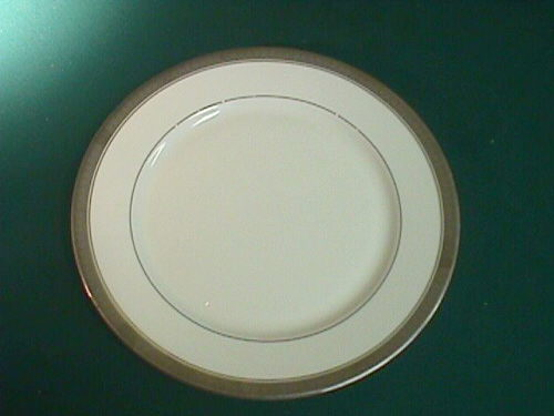 Where to find WIDE BAND PLATINUM 10  DINNER PLATE in Columbus